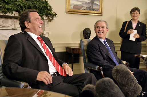 Foto precedente all'incontro tra Gerhard Schröder e George Bush, con l'interprete nell'angolo.