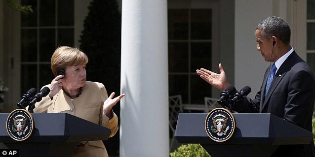 Sia la Merkel che Obama hanno le cuffie per ascoltare l'interpretazione nella propria lingua materna